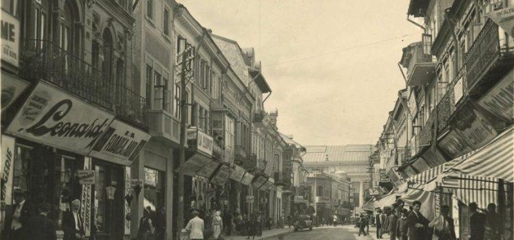 Strada Lipscani surprinsa la inceputul secolului trecut.