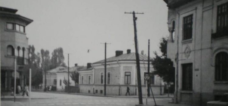 "1970 – Lângă farmacia ""La Bărbosul"""
