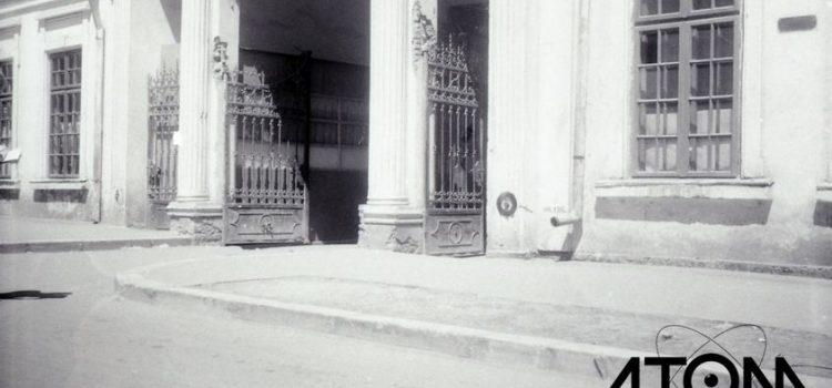 """Poarta de intrare în cimitirul """"Viișoara"""" – foto 1966"""