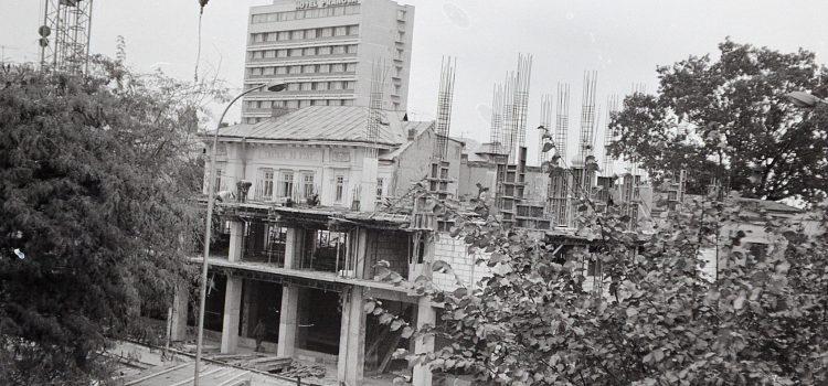 """Bătrânul teatru – cinematograf """"Odeon""""  – foto 1979"""
