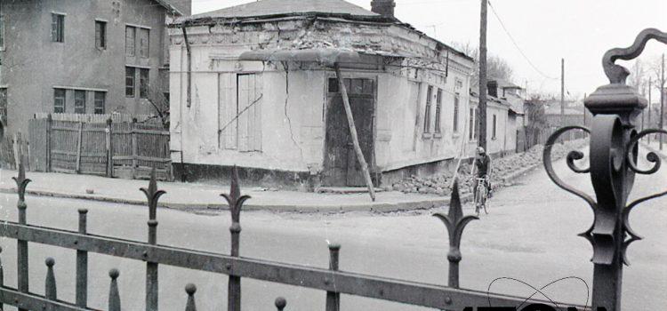 "In fața bisericii ""Sfântul Pantelimon"" – foto 1977"